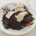 Snijbietsalade met gorgonzola, geroosterde rode bieten en rode bessendressing