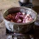 Varkensvlees op houtskoolvuur in Tanzania