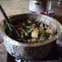 Varkensvlees met snijbiet en groenten op houtskoolvuur in Tanzania